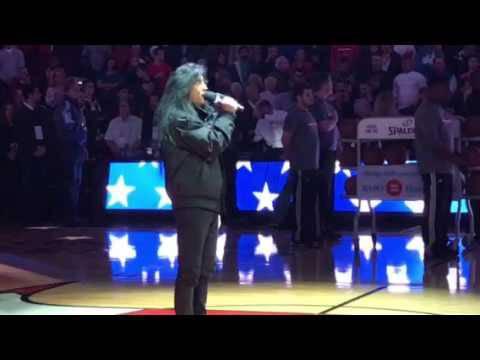 Joey Belladonna chante l'hymne américain avant un match de basket (actualité)