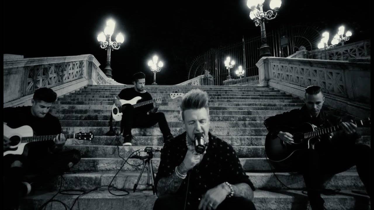 A la fin Papa Roach joue en acoustique -