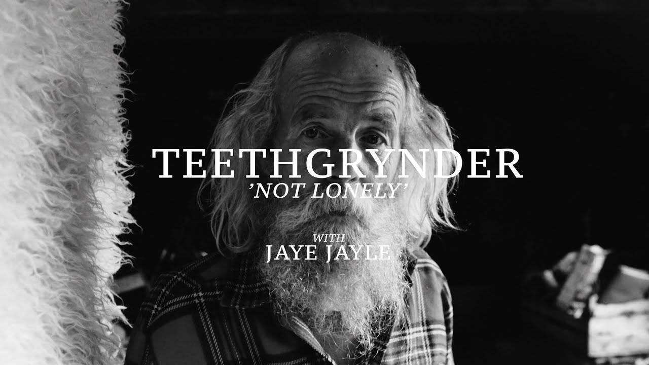 "Teethgrynder ne se sent pas  seul - ""Not Lonely"""
